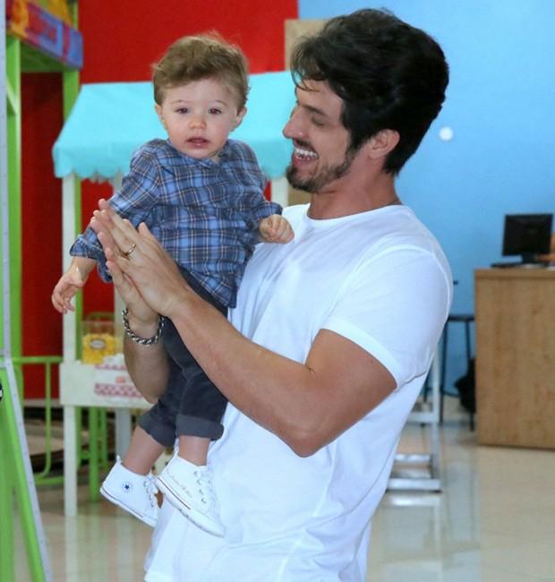 Romulo Estrela e o filho, Theo, de 1 aninho (Foto: AgNews)