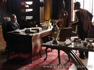Indiginado, Franz não aceita de primeira, mas depois cede ao pedido (Foto: Joia Rara/ TV Globo)