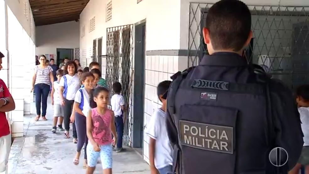 Para comandante do 9º Batalhão, garantia à educação deve diminuir trabalho da polícia a longo prazo (Foto: Reprodução/Inter TV Cabugi)
