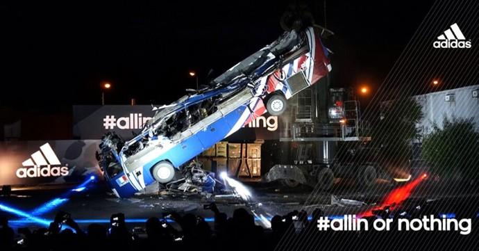 ônibus França destruído símbolo Copa (Foto: Divulgação / ADIDAS)
