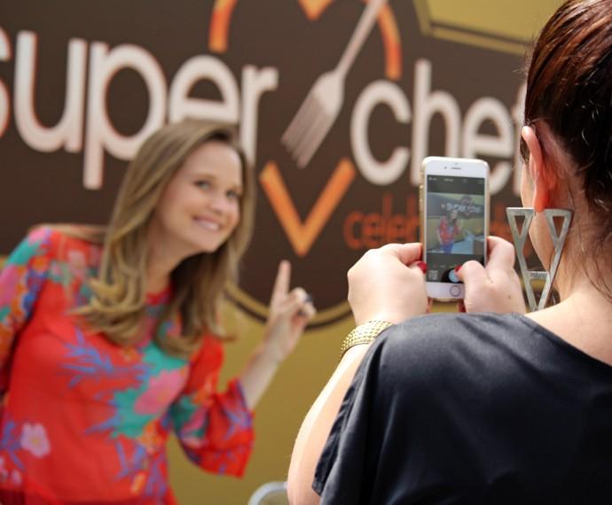 Fernanda Rodrigues faz selfie no 'Super Chef' (Foto: Carolina Morgado/Gshow)