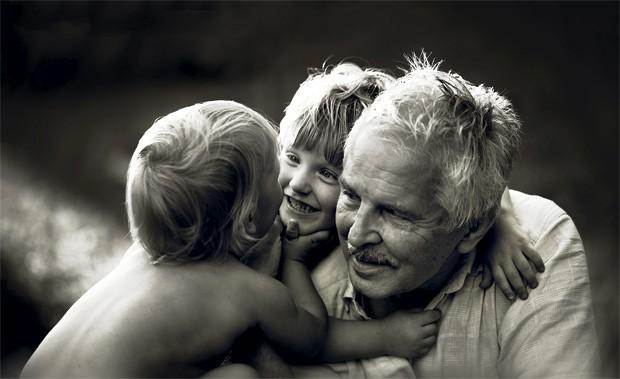 O carinho entre o avô, Romualdas, e os netos, Kevin e Dylan, é retratado neste ensaio. (Foto: Ivette Ivens)