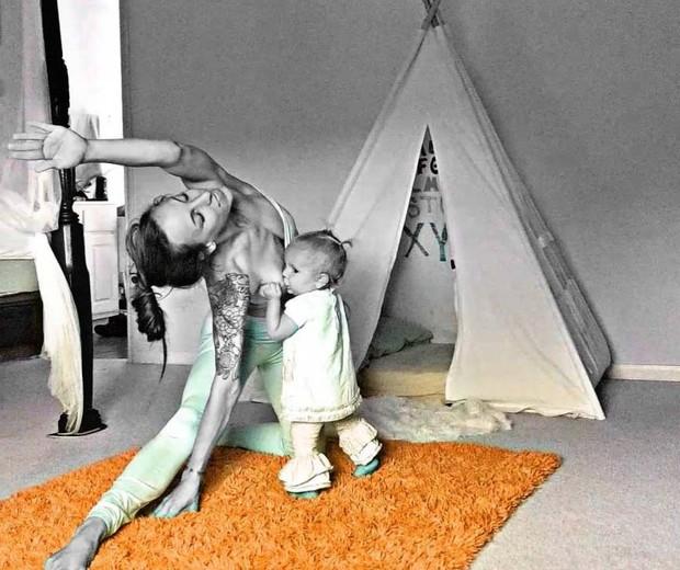 A filha mais nova não se faz de rogada e pede para mamar mesmo quando a mãe está praticando yoga (Foto: Reprodução Instagram @carleebyoga)