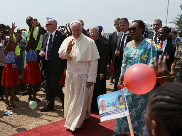 O Papa Francisco desembarca em Bangui, na República Centro-Africana, neste domingo (29) (Foto: Siegfried Modola/Reuters)