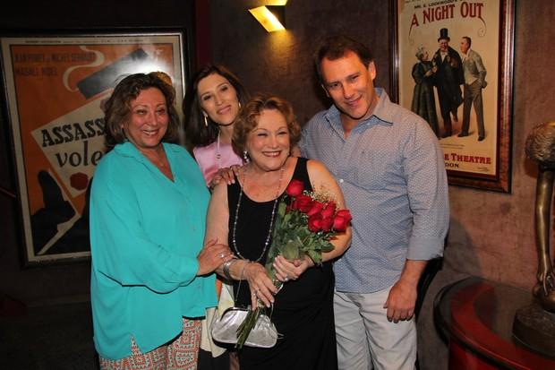 Nicette Bruno com seus filhos, Beth Goulart, Paulo Goulart e Bárbara Bruno (Foto: Marcello Sá Barretto/AgNews)