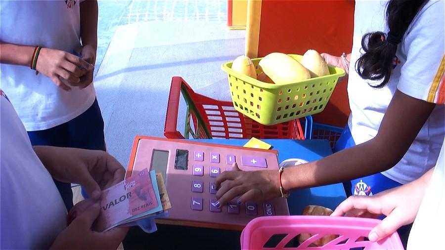 Crianças e dinheiro: a educação financeira é ensidada de forma lúdica para os pequenos (Foto: ÉPOCA)