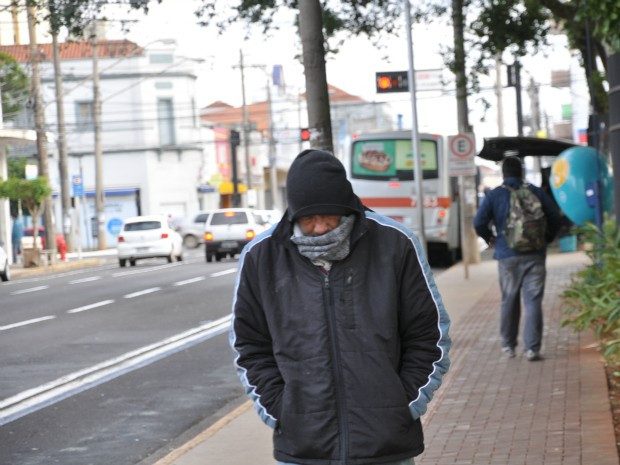 População se agasalhou para enfrentar o frio de 4,5°C nesta manhã em Campo Grande. (Foto: Gustavo Arakaki/ G1 MS)