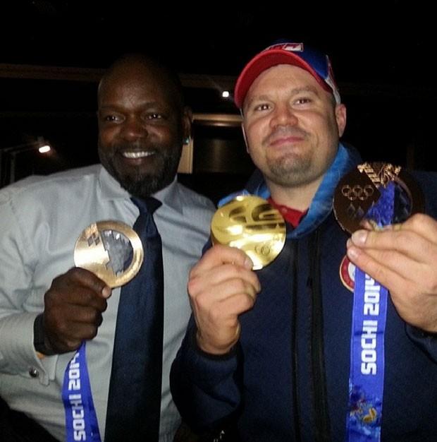 Steven Holcomb exibe sua medalha ao lado do amigo (Foto: Reprodução)