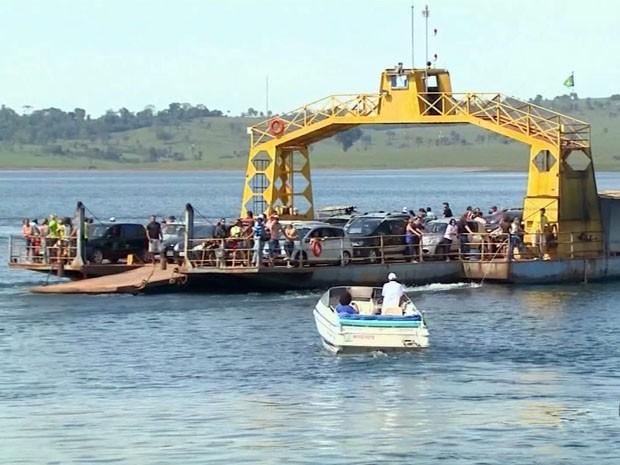Turistas enfrentaram fila para pegar a balsa na volta do feriado em Delfinópolis (Foto: Luciano Tolentino / EPTV)