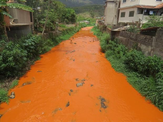 Ribeirão do Carmo, em Mariana, amanheceu nesta quarta-feira (29) com a coloração avermelhada. (Foto: Leandro Henrique dos Santos/Arquivo pessoal)
