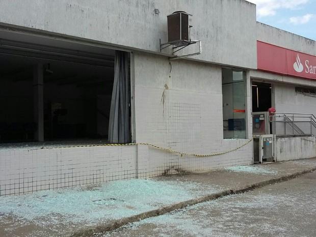 Santander de Ribeirão também ficou destruído após ação dos bandidos (Foto: Danilo César/TV Globo)