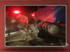Três pessoas morrem após carro bater em carreta na BR-242, na BA