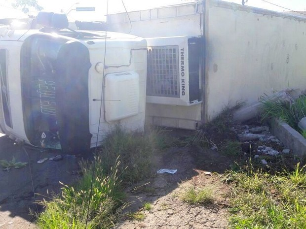 Caminhão com frios tomba em Piracicaba (Foto: Wesley Justino/EPTV)