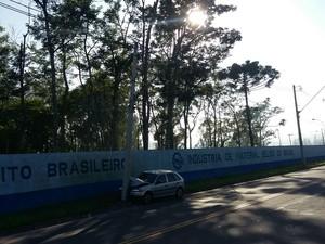 Carro bate em poste Benfica (Foto: Polícia Militar/Divulgação)
