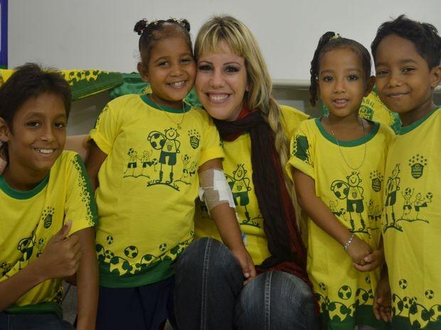 Cantora Amanda Santiago recebe o carinho das crianças  (Foto: Daniel Soares / G1)