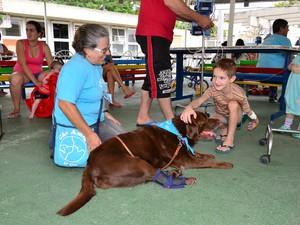 Um labrador também brincou com as crianças. (Foto: Paulo Goeth/Divulgação)