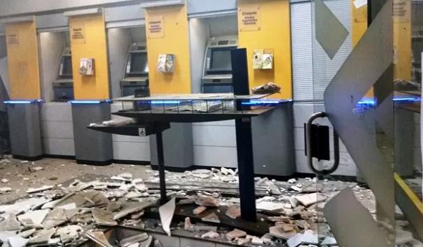 Criminosos assaltam agência bancária em Apiaí usando explosivos (Foto: G1)