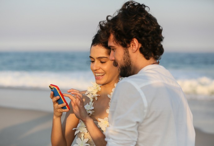 Maria Flor e Jayminho dão uma pausa para dar aquela olhada básica no celular (Foto: Isabella Pinheiro/Gshow)