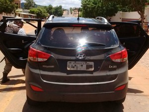 Suspeitos estavam em carro preto, com placa de Aparecida de Goiânia (Foto: Divulgação/Secretaria de Segurança Pública)