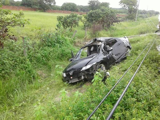 Carro conduzido pelo agente bateu em um poste, que tombou à margem da CE-040 (Foto: PM/Divulgação)