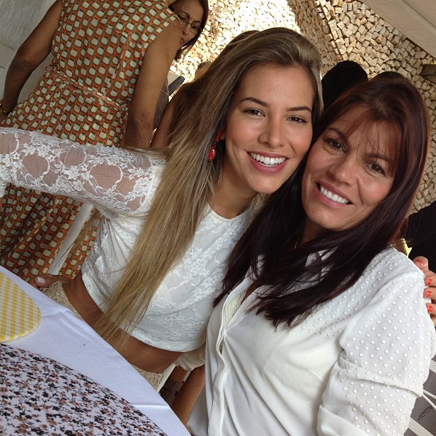 Ex-BBB Adriana com a mãe (Foto: Instagram)