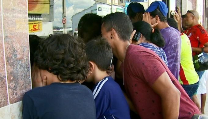 Curiosos se aglomeram na tentativa de ver o goleiro Bruno Fernandes no hotel do Boa Esporte (Foto: Reprodução EPTV / Tarcisio Silva)