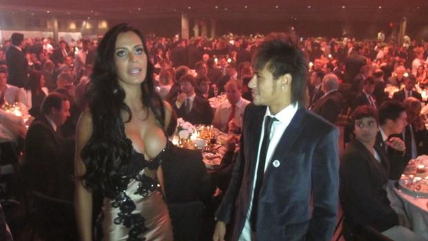 Neymar conversa com Lorena Bueri, Musa do Paulistão  (Foto: Marcelo Hazan / Globoesporte.com)