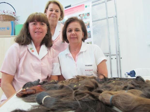 Voluntárias do Hospital do Instituto do Câncer com as doações de cabelos (Foto: Vanessa Fajardo/ G1)