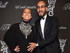 Grávida pela segunda vez, Alicia Keys recebe o carinho do marido