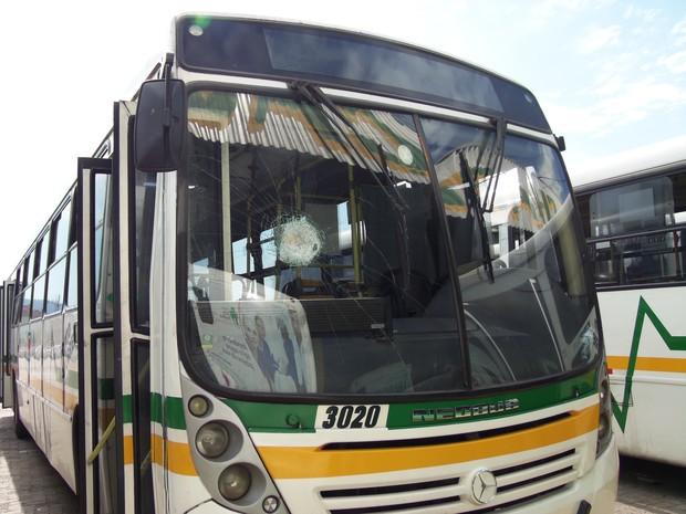 Ônibus foi apedrejado após sair de garagem no RS (Foto: João Laud/RBS TV)