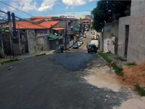 Professor foi morto em ladeira do bairro de São Caetano, em Salvador (Foto: Cássia Bandeiras/G1)