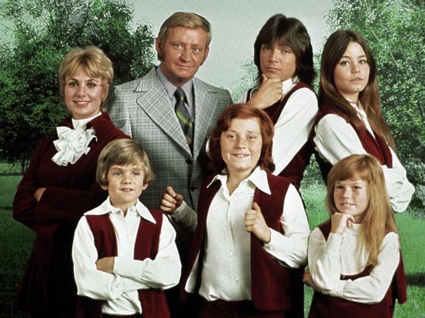 Dave Madden (de terno) posa ao lado dos protagonistas de 'A família Dó-Ré-Mi' em foto de 1970 (Foto: AP Photo/Copyright CPT Holdings Inc, Courtesy Sony Pictures Television)