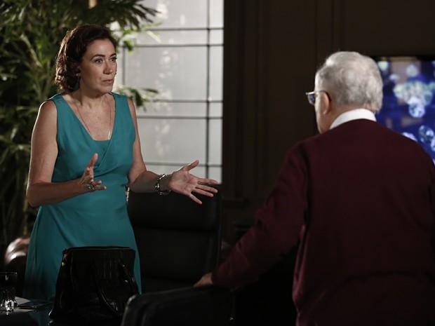Silviano conta para Marta que Lorraine roubou o diamante (Foto: Inácio Moraes/Gshow)