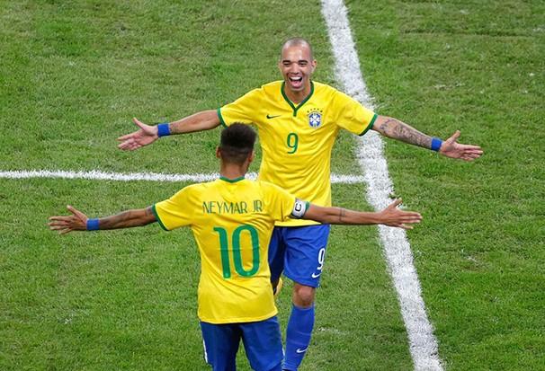 Diego Tardelli, autor de dois gols contra a Argentina, corre para o abraço com Neymar (Foto: Agência Reuters / reprodução globoesporte.com)