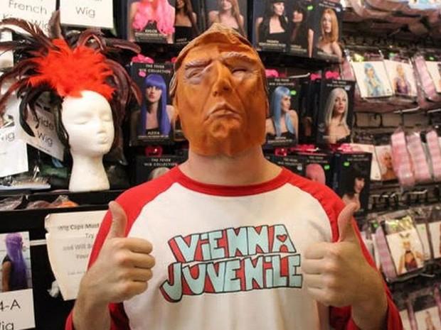 O cineasta Anthony Smith com máscara de Trump: 'Hillary, Obama ou Romney não têm a mesma graça' (Foto: DW/M. Santos)