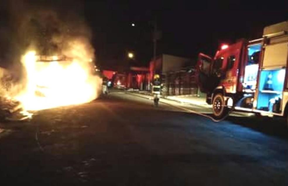 Série de ataques incendeia veículos em Jataí; polícia apura motivação (Foto: Reprodução/TV Anhanguera)