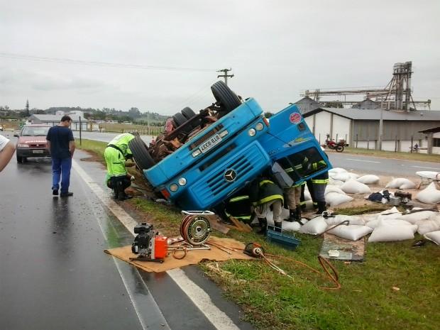 Caminhão tombou no canteiro central da SP-300, em Tietê (Foto: Marcos Metring / TEM Você)