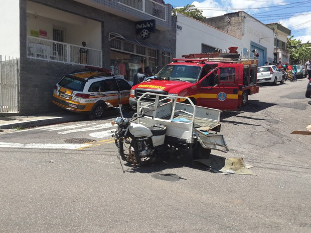 Acidente com carro da Polícia Rodoviária deixa 4 feridos em Varginha (Foto: Lucas Soares / G1)