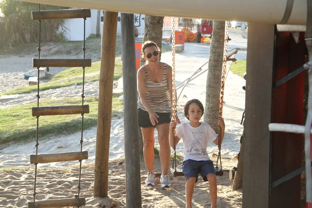 Carla Marins brinca com seu filho na orla da praia da Barra da Tijuca, RJ (Foto: Dilson Silva / Agnews)