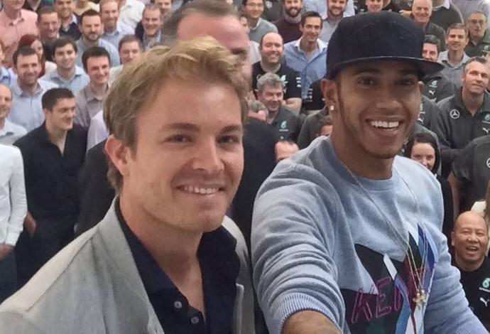 Lewis Hamilton e Nico Rosberg fazem selfie com funcionários da Mercedes (Foto: Reprodução/Twitter)