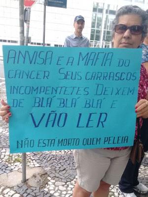 Manifestante com cartaz pedindo a liberação da substância (Foto: Marco Garcia/Arquivo Pessoal)