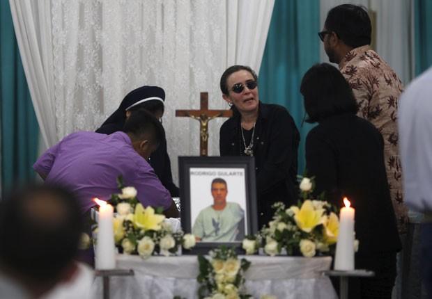 Angelita Muxfeldt, prima de Rodrigo Gularte, é vista em frente a caixão durante funeral em Jacarta nesta quarta-feira (29) (Foto: Nyimas Laula/Reuters)
