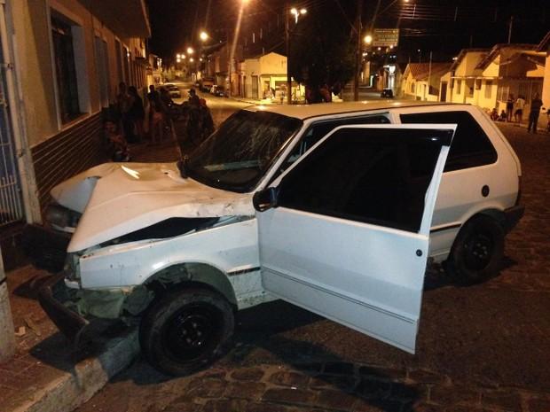 Homem embriagado foi preso por bater carro em poste (Foto: Divulgação)