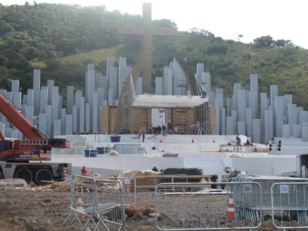Funcionários trabalham para acabar a montagem do palco no Campo da Fé. (Foto: Mariucha Machado/G1)