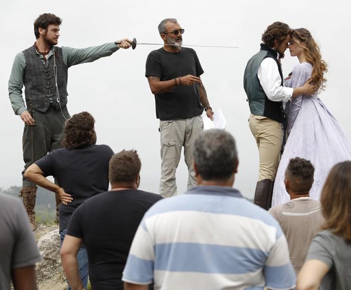 Elenco recebe instruções de Rogério Gomes, diretor de núcleo da trama  (Foto: Fábio Rocha/Gshow)