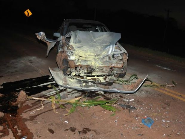 Carro ficou com a frente destruída e motorista teves ferimentos leves.  (Foto: Roberto Jorge/Maracaju Speed)
