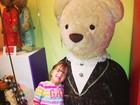 Rafaella Justus se diverte com ursão de pelúcia em Miami