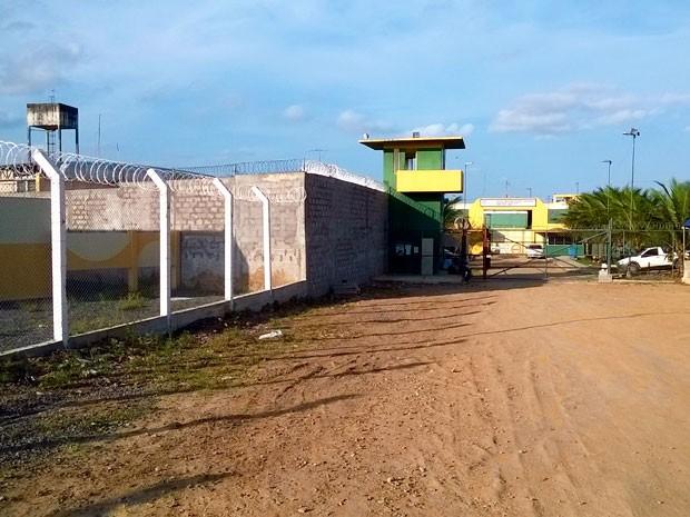 Homens se recusam a usar fardamento da unidade prisional (Foto: Káren Povoas/TV Santa Cruz)