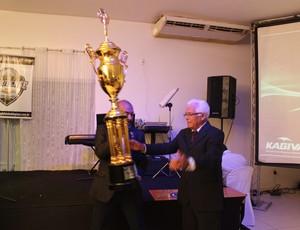 José Lima, presidente do Parnahyba, recebe troféu na festa do Piauiense (Foto: Josiel Martins)