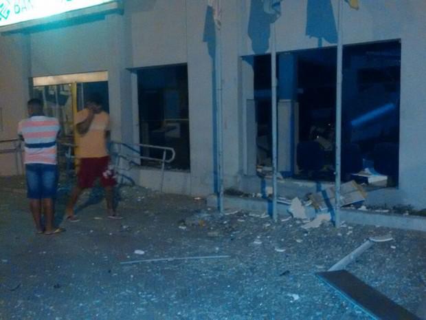 Agência foi alvo de ataque na madrugada desta segunda-feira (Foto:  Marinaldo Viana)